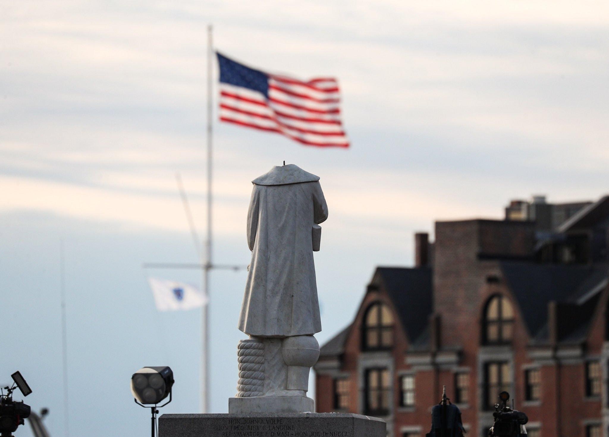 ночью 10 июня статуя Христофора Колумба в Бостонском Норт Энде подверглась вандализму, у памятника отрезали голову